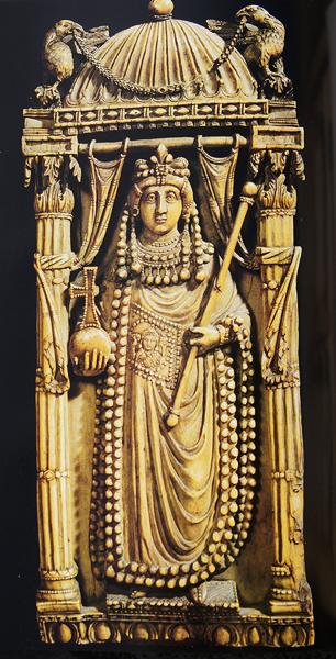 Immagine 3: L'imperatrice Arianna, VI secolo, avorio, originariamente a Costantinopoli. Ora è al Museo nazionale del Bargello, Firenze.